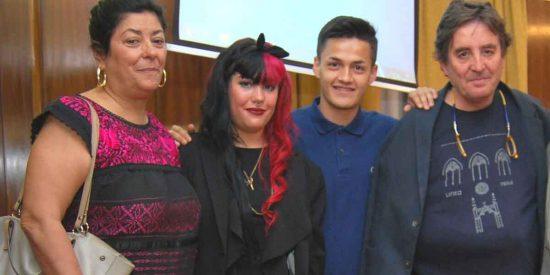 """Almudena Grandes, con una hija en Falange, envía """"un abrazo"""" a Pablo Iglesias por defender el comunismo"""