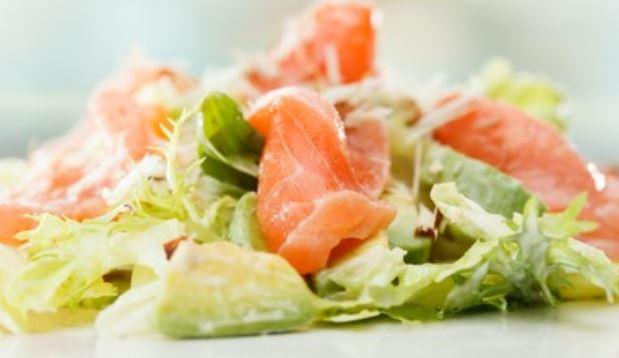 Ensalada de aguacate y salmón con vinagreta de naranja