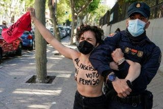 4M: Las 'pechuguitas' de Femen montan un circo para intentar sabotear el voto de Rocío Monasterio