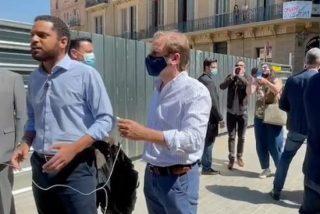 Facinerosos intentan agredir a Garriga (VOX) por denunciar la complicidad del separatismo con las mafias okupas