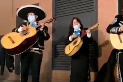 """Unos mariachis trolean a Iglesias y le cantan en la sede de Podemos """"rata de dos patas"""" y """"canta y no llores"""""""