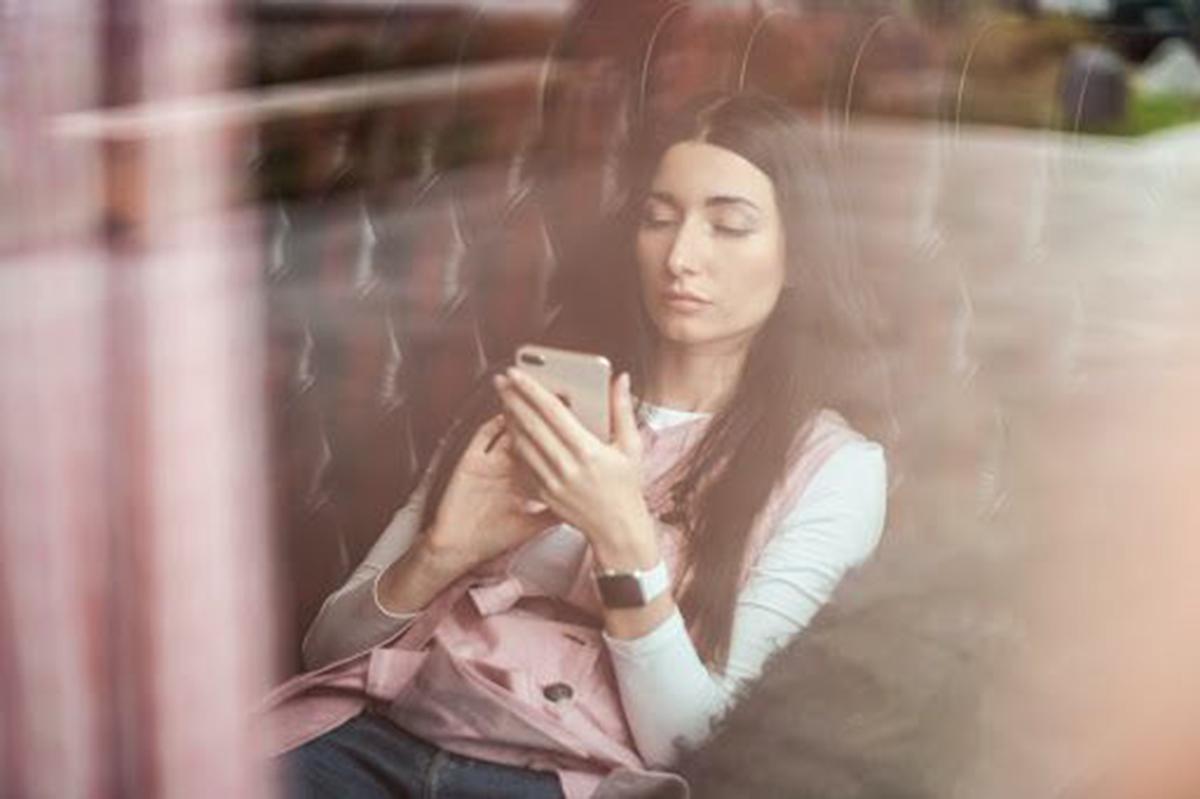 Mujer con su dispositivo móvil