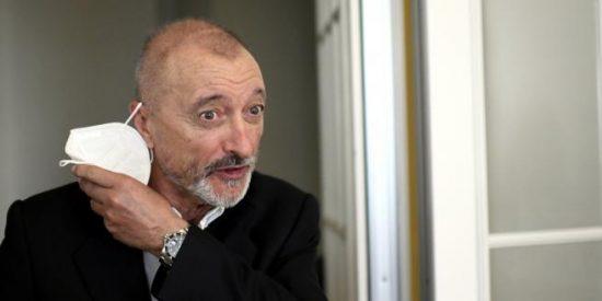 Arturo Pérez-Reverte trolea a los negacionistas que le critican por vacunarse contra el coronavirus