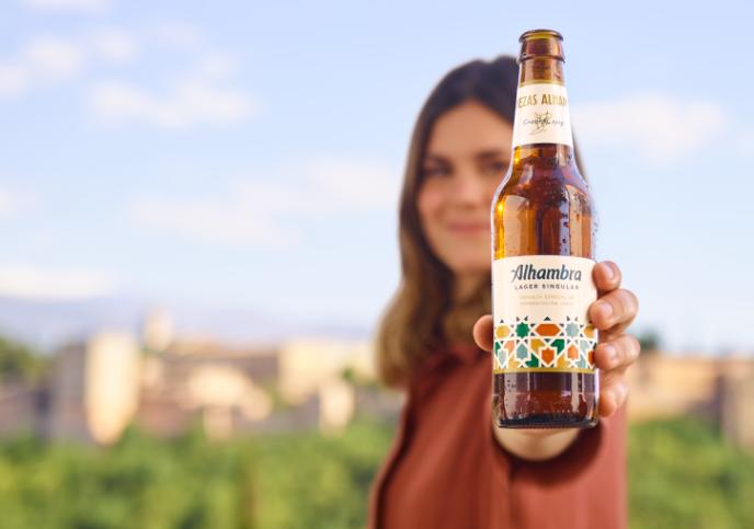 Elvira Sastre y Juan Ramón Jiménez, unidos en la campaña de Alhambra Lager Singular
