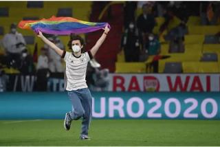 Así fue la aparición de un espontáneo con la bandera arcoíris durante el himno de Hungría en la Eurocopa