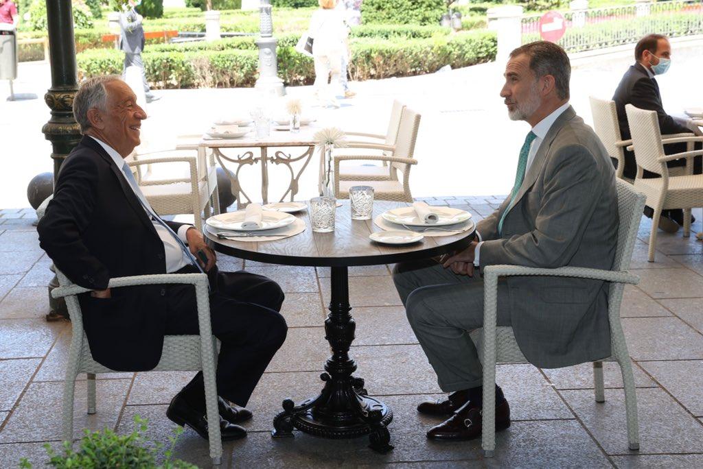 Felipe VI se mofa de los abucheos a Pedro Sánchez y almuerza en una terraza de Plaza de Oriente de Madrid