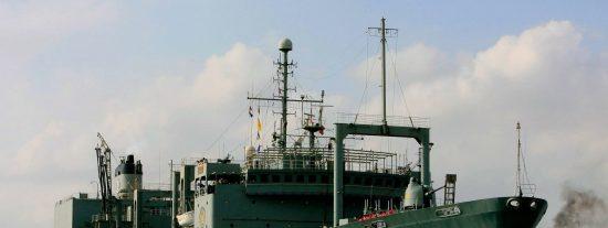 Irán: se incendia y hunde el barco más grande de la Armada de los ayatolás