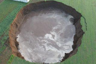 El instante en que se abre el socavón gigante que ya tiene 100 metros de diámetro