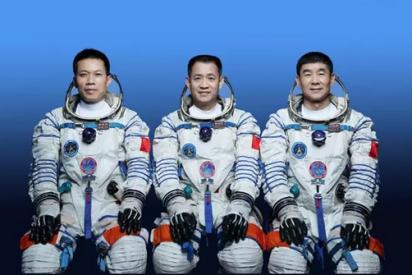 China presenta la primera tripulación para su estación espacial