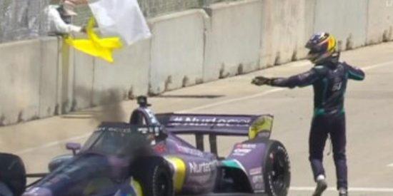 Indycar: El piloto francés Romain Grosjean escapa de un coche en llamas y él mismo apaga el fuego