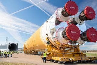 La impactante imagen del cohete SLS totalmente ensamblado