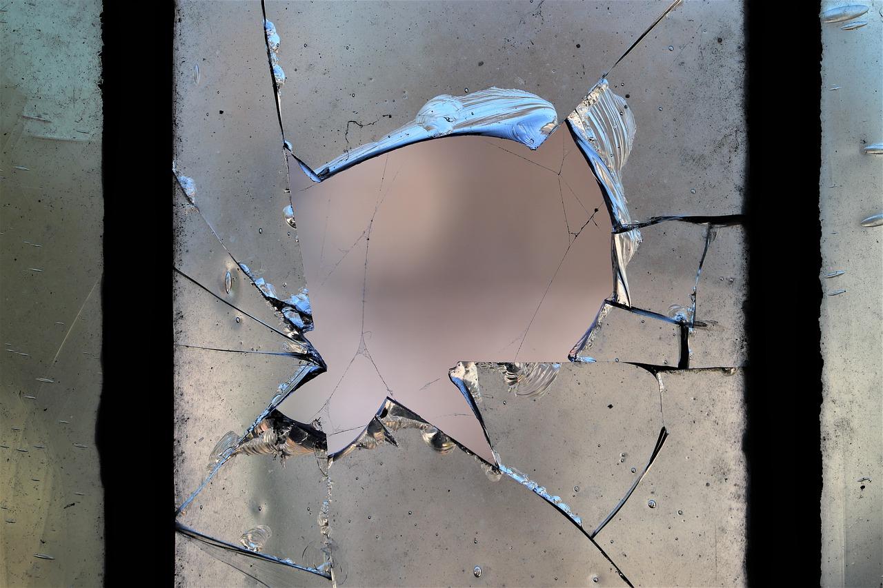 Detenidos dos MENAs por cortar la cara y el cuello con un cristal a un chico para robarle el móvil