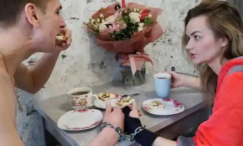 Se encadenaron el Día de San Valentin, para poner a prueba su amor, y 4 meses más tarde rompen la cadena y se divorcian
