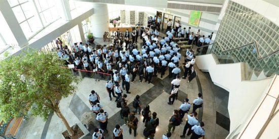 """China acusa de """"confabulación"""" al editor del diario Apple Daily en Hong Kong y manda a 200 policías para capturarle"""