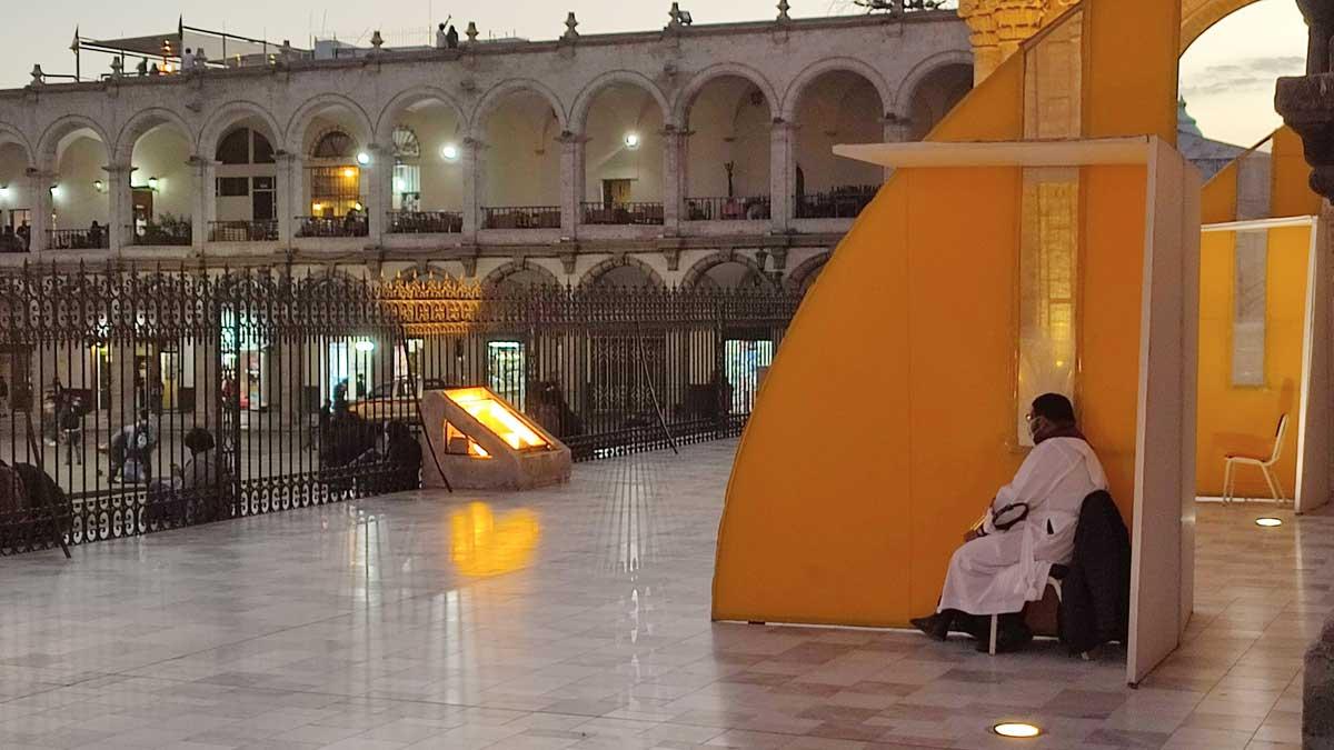 Religión: En Arequipa (Perú), los fieles se confiesan... ¡en la calle!