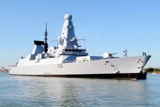 Un barco y bombardero ruso intimidan con disparos de advertencia a un destructor de Reino Unido