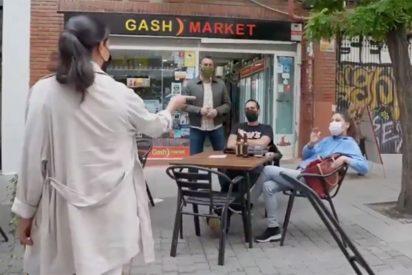 Monasterio silencia a los tres 'obreros' que quisieron echarla de Lavapiés tomando cervezas desde la terraza de un bar