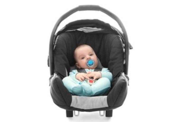 Qué sillas de bebé puedo llevar en un avión