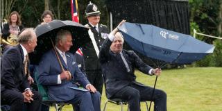 Un torpe Boris Johnson 'lucha' contra un paraguas ante las risas del príncipe Carlos