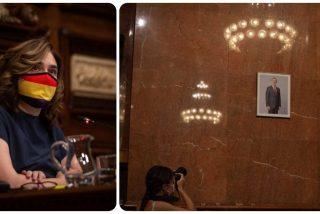 Ada Colau se ríe del Tribunal Supremo y coloca un ridículo retrato del rey Felipe VI en el salón de plenos