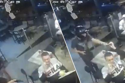 México: el tipo ni se inmuta y sigue zampando alitas de pollo mientras atracan el restaurante