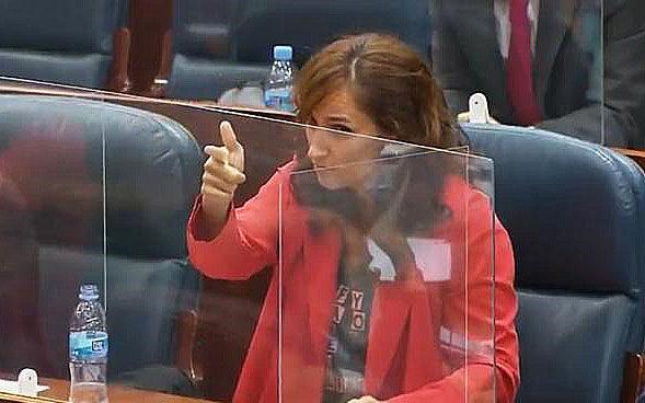 Fríen a zascas a Mónica García por zamparse un entrecot tras criticar el consumo de carne