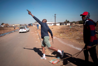 Sudáfrica desplegará 25.000 militares más para controlar las protestas y saqueos