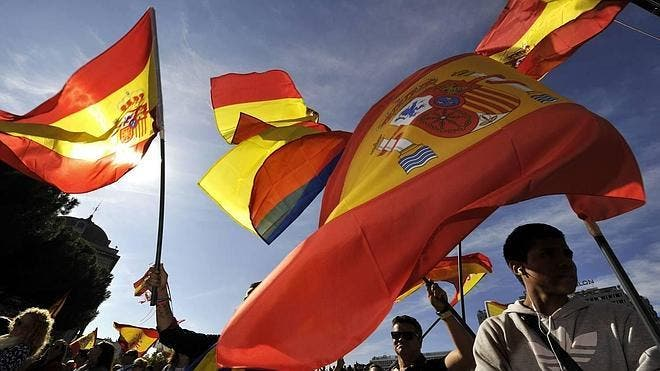 """¡Con esto no abrirán ni TVE ni laSexta!: Agreden al grito de """"facha"""" a un motorista en Gijón por llevar la bandera de España"""