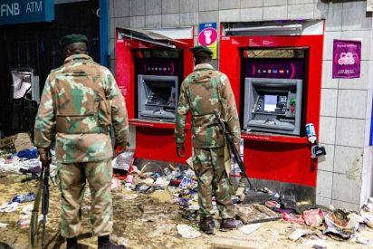Sudáfrica, sumergida en la violencia y los saqueos: Más de 70 muertos y 2.500 militares en las calles