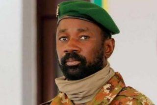Atacan con un cuchillo al presidente interino de Malí durante una importante celebración musulmana