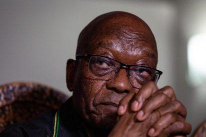 El expresidente de Sudáfrica se entrega a la policía para cumplir una sentencia por desacato