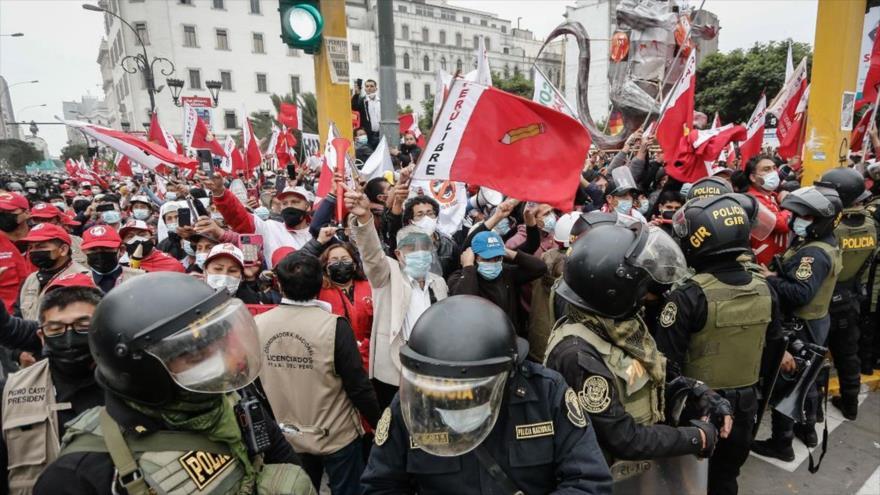 Un grupo de fujimoristas atacan a dos ministros en Perú