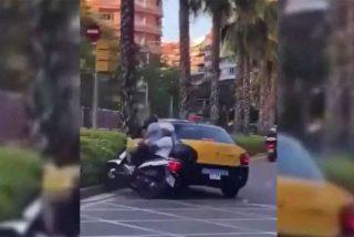 Brutal: Un taxista embiste intencionalmente a un motorista con un niño en Barcelona y se da a la fuga