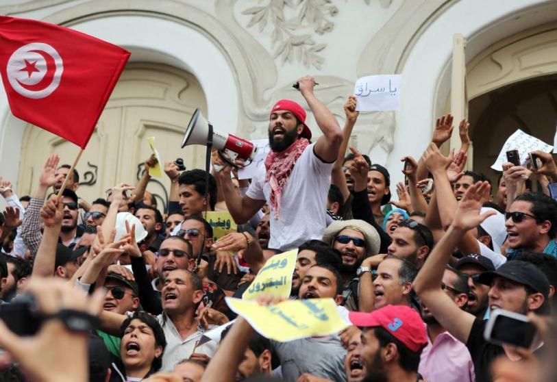Máxima tensión en Túnez: choques violentos frente al Parlamento por un golpe de Estado presidencial