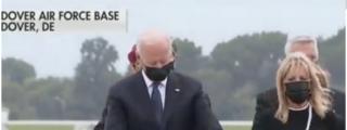 El desagradable gesto de Joe Biden en la ceremonia de los marines muertos en Kabul: mirar de reojo el reloj
