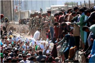 Aeropuerto de Kabul: Cientos de afganos regresan pese al riesgo de nuevos atentados terroristas