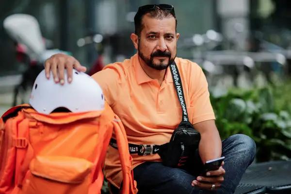 Así es la vida de Sayed Sadaat, el ministro afgano que ahora es repartidor de comida en Alemania