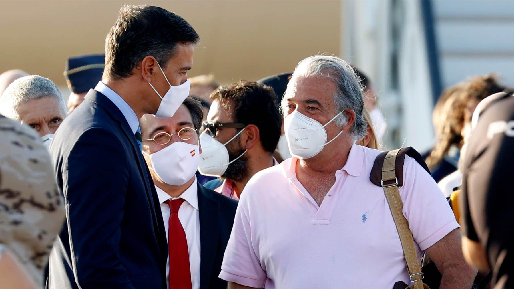 Vergonzoso: Sánchez fuerza una foto con el embajador-héroe en Kabul, pese a que le echó antes de irse a La Mareta