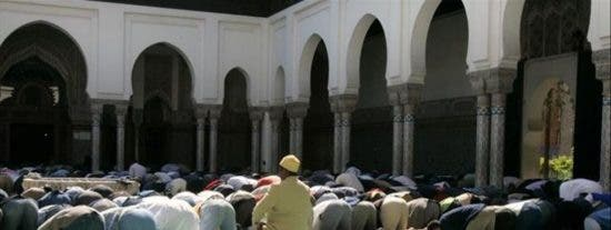 El vídeo que agita a Francia: Interrumpen el rezo de musulmanes en plena calle cantando 'La Marsellesa'