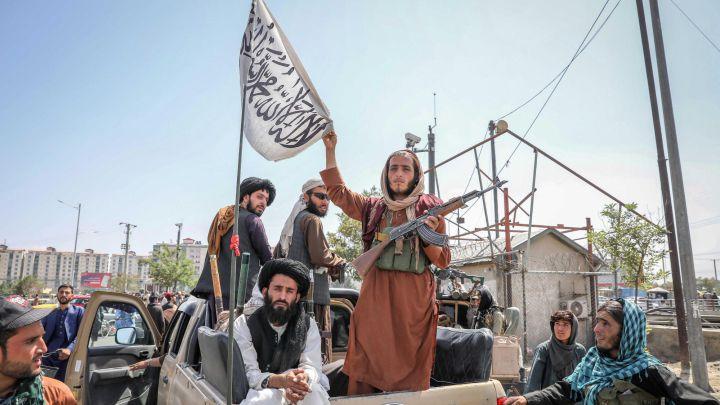 """Los talibanes no ampliarán el plazo para la evacuación de Afganistán y lanzan una amenaza: """"Habrá consecuencias"""""""
