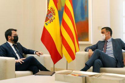 La burla por la espalda de Aragonès a Sánchez: Quita la bandera de España cuando el socialista no mira