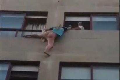 Una mujer se cuelga de la ventana de un cuarto piso para escapar de la agresión de su pareja en Pontevedra
