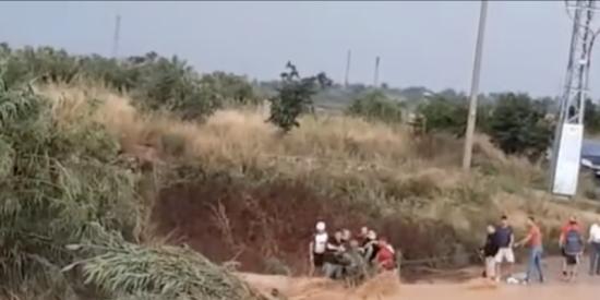 Así fue el espectacular rescate de una mujer en Cheste tras ser arrastrada por el agua