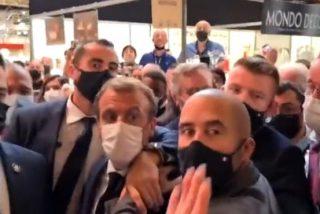 El instante en que golpean con un huevo a Macron durante su visita a una feria en Lyon