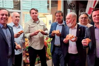 La insólita historia detrás de la foto viral de Jair Bolsonaro comiendo pizza en Nueva York