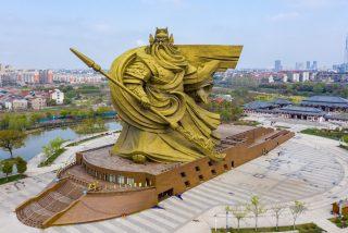 China: gastan 24 millones de dólares en desplazar esta gigantesca y espantosa estatua
