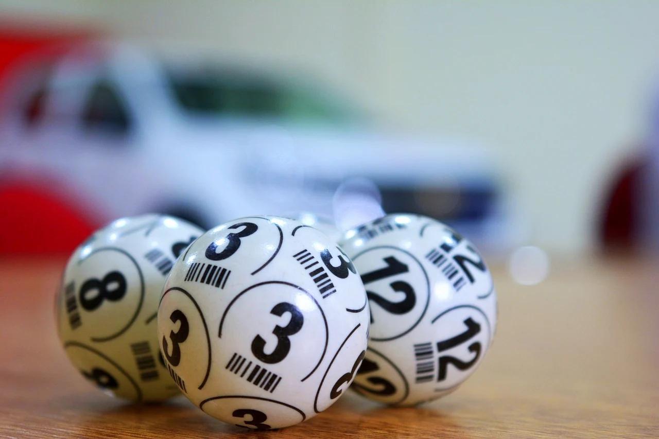 La anciana gana medio millón a la lotería, pero el dueño del estanco le arrebata el boleto y huye en moto