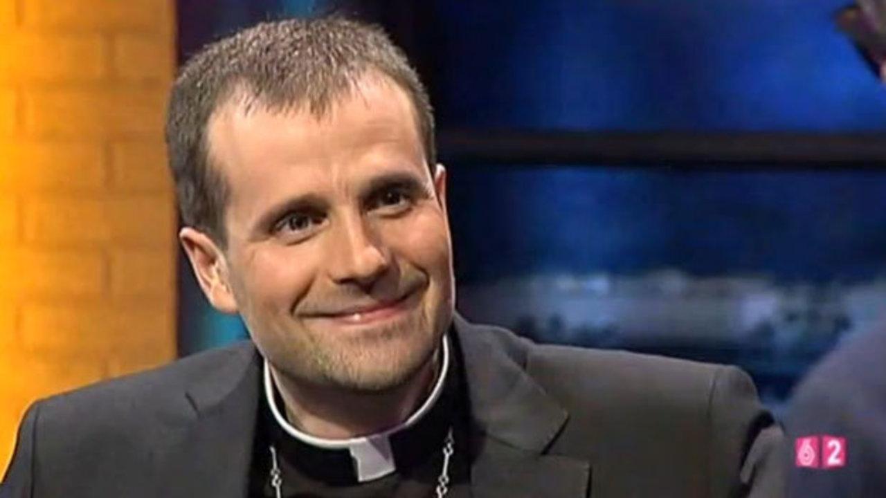 El independentista obispo de Solsona renuncia al cargo enamorado de una mujer que lo maneja como quiere