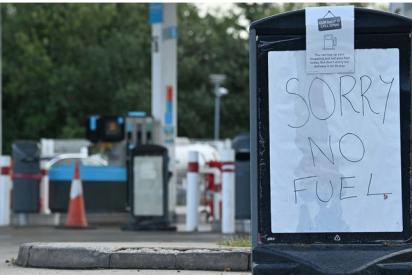 Escasez de gasolina en Reino Unido: largas filas de coches, peleas en gasolineras y precios por las nubes