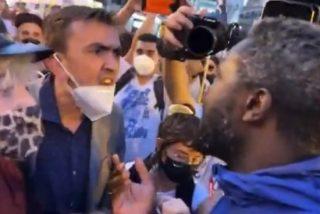 """Así silencia el 'negro de VOX' a los manifestantes LGTBI de Sol: """"¡Os manifestáis por un bulo y no por la luz!"""""""